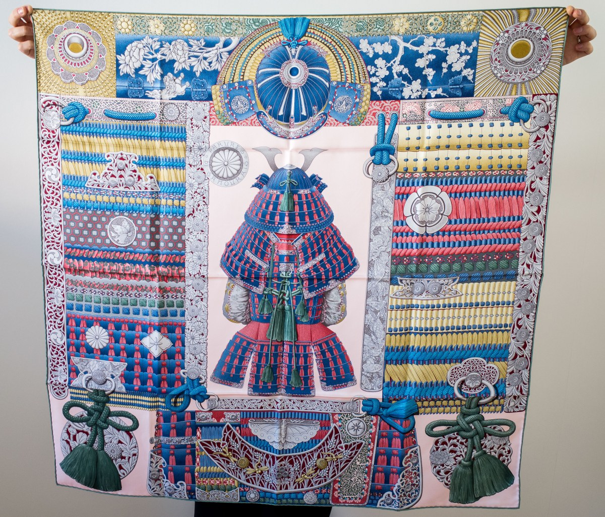 Parures de Samouiras, Aline Honore, Hermes scarf, carre, knot, knotting, tutorial, hermes carre, Hermes Schal, эрмес, платок, карре, как красиво завязать платок, how to wear a scarf, Clic H bleu cielo, Clic H bracelet, Hermes Bl