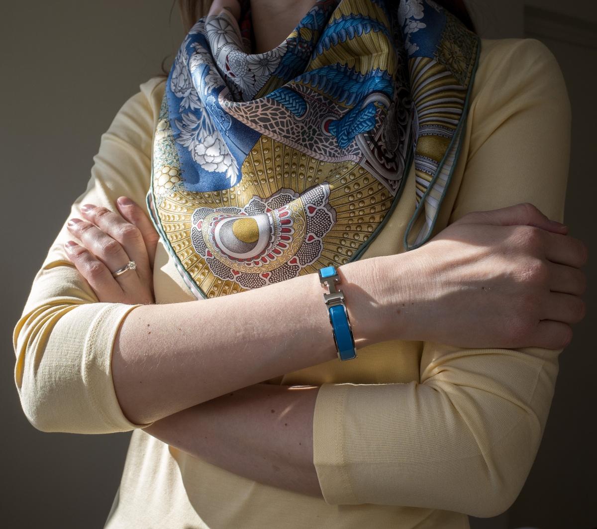 Parures de Samouiras, Aline Honore, Hermes scarf, carre, knot, knotting, tutorial, hermes carre, Hermes Schal, эрмес, платок, карре, как красиво завязать платок, how to wear a scarf, Clic H bleu cielo, Clic H bracelet